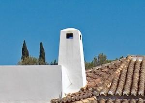 Maurischer Kamin vor Blau