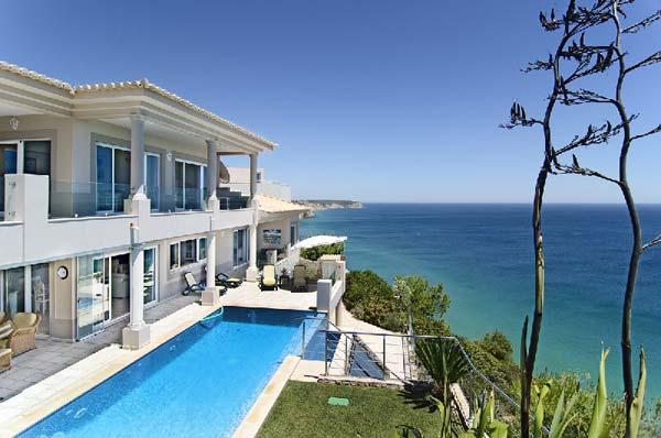 Individueller Algarve-Urlaub: Ferienhaus direkt auf den Klippen von Salema, Algarve, Portugal.